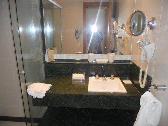 Arena Copacabana Hotel: Baño completo y cómodo