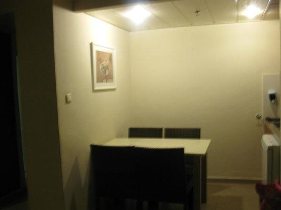 Lev Yerushalayim: Кухонька и столовая в номере, есть раковина, чайник, микроволновка и холодильник