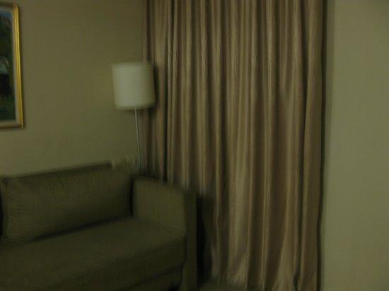 Lev Yerushalayim: Маленькая гостиная, вполне можно на диване разместить ребенка.