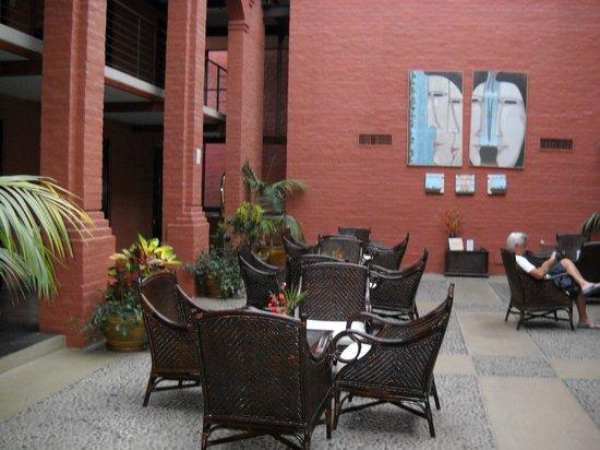 Unique Luxury Colony Hotel: Patio interno