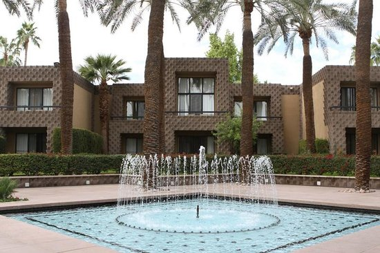 DoubleTree Resort by Hilton Paradise Valley - Scottsdale: Fountain in the middle of the property