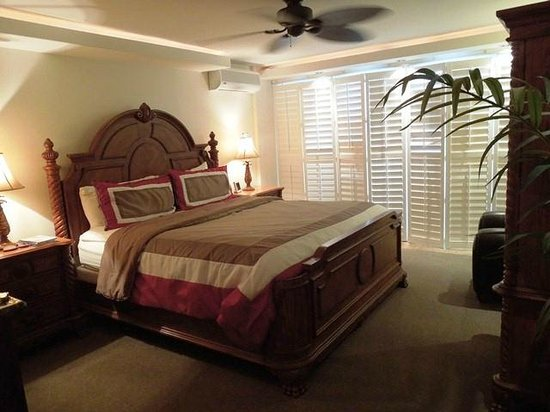 Hotel Coral Reef: Beautifully decorated hotel room with ceiling fan & adjustable lighting!
