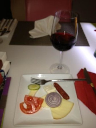 Hotel Christina: welcome wine and cheese platter.