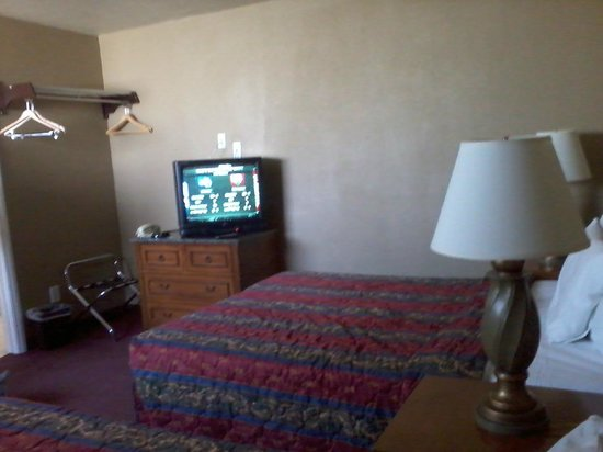 Rodeway Inn & Suites: box tv & basic cable