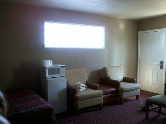 Rodeway Inn & Suites: micro, fridge & loud train