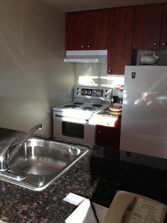 Alberta Place Suite Hotel: kitchen