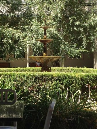Adina Apartment Hotel Adelaide Treasury : courtyard and fountain