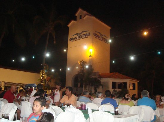 Gran Festivall All Inclusive Resort: Outdoor dining show, no other option that night
