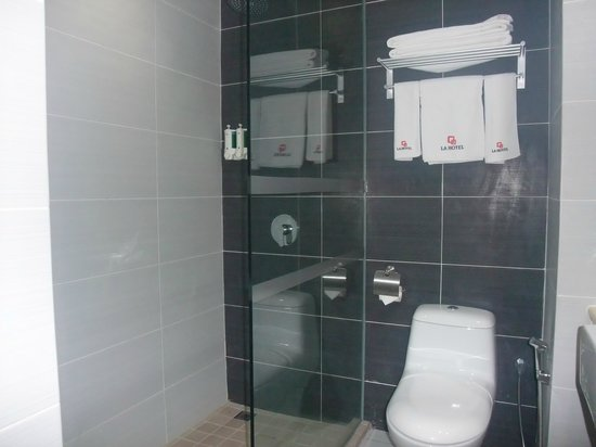 LA Hotel : nice bathroom with amenities