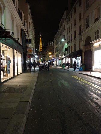 Hotel Jardins d'Eiffel: Street beside hotel