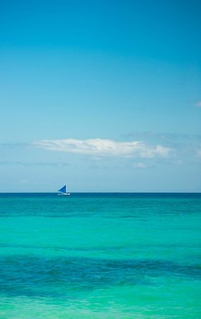 Boracay Terraces Resort: puka beach sailing boat