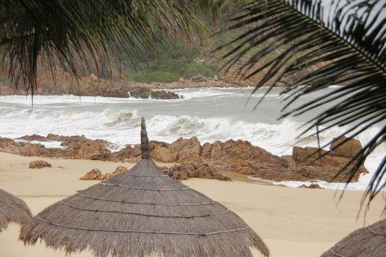 AVANI Quy Nhon Resort & Spa: Hoher Wellenschlag in der Bucht