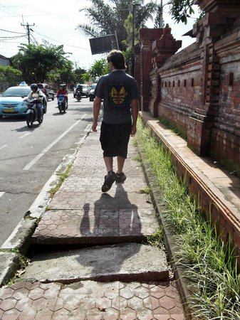 Puri Dalem Hotel Sanur: The footpath outside the hotel