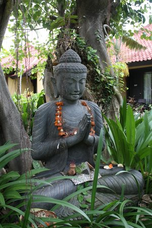 Puri Dalem Hotel: One of many statues around the grounds