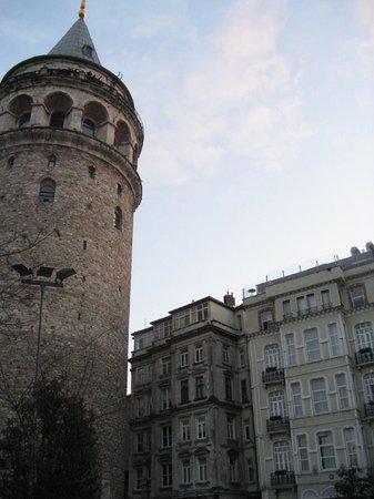 Anemon Galata: facciata hotel vista da piazzetta