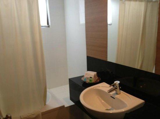 Mayflower Grande Hotel - Hat Yai: Bathroom with 'over-bath' shower