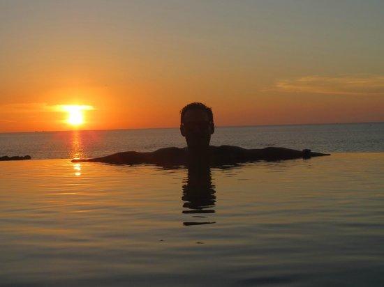 The Shore at Katathani : View of the sunset at beach pool