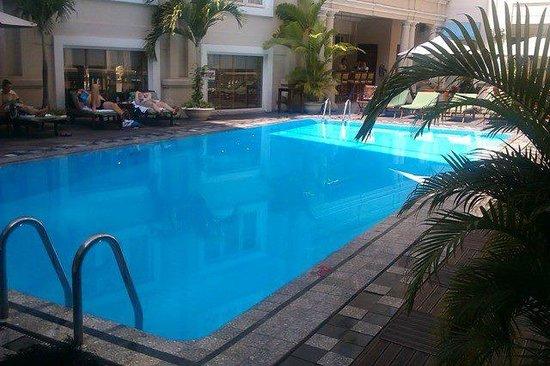 Grand Hotel Saigon: Pool area and bar - Jan 2013
