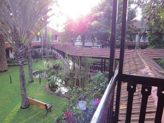 Southern Sun Mayfair Nairobi: les jardins avec le point d'eau