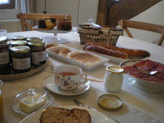 Les Chambres du Confiturier de Malethi : pétit-déjeuner? il n'y a rien de petit ici, c'est marveilleux!!