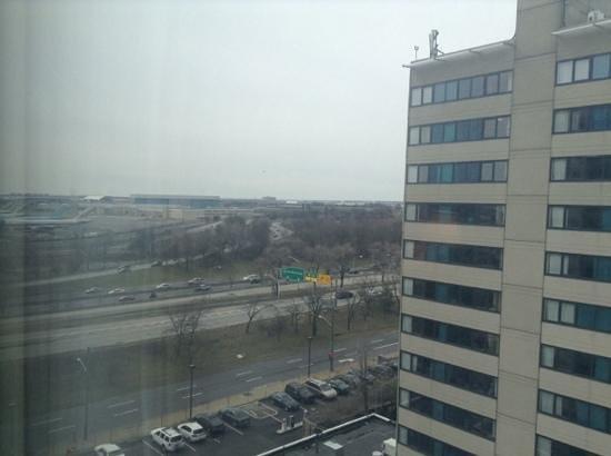 แฮมตั้นอินน์ โฮเต็ล: 部屋からの風景。空港が見えます。