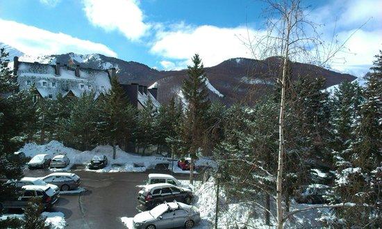 Hotel abba Formigal: Vistas desde las habitaciones que dan a la entrada