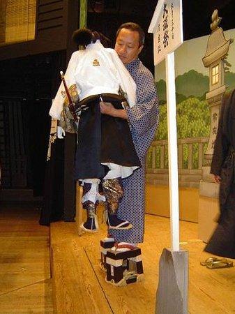 National Bunraku Theater: 文楽の舞台では大きな下駄を履いて