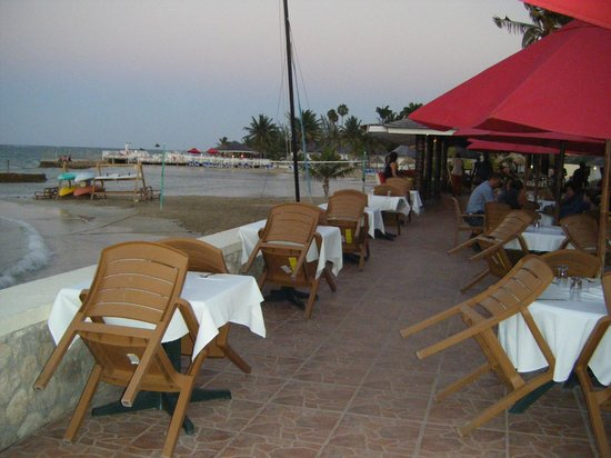 Royal Decameron Club Caribbean: Beach side bar