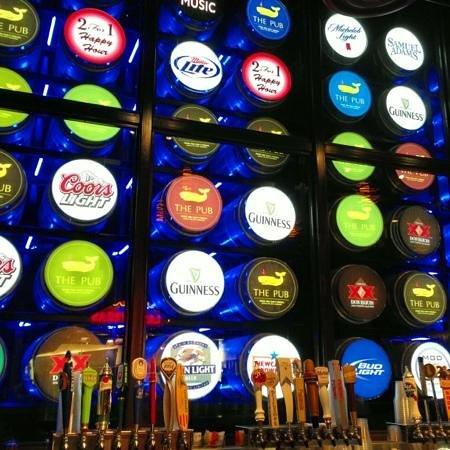 โรงแรมมอนติคาร์โล: Mycket bra pub med mer än 300 sorters öl