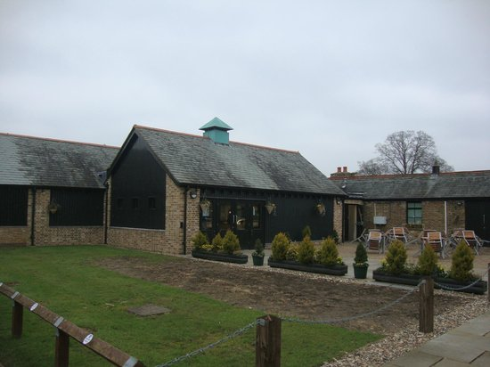 Windsor Farm Shop: Evit to Farm Shop and courtyard and one of the outside seating area