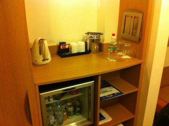 Novotel Bristol Centre: tea/coffee making facilities and mini-bar
