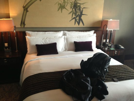 Regent Beijing: Spacious room and bed