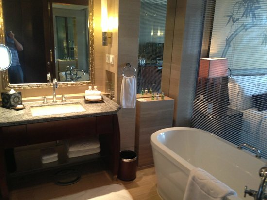 Regent Beijing : Bathroom with tub that enables you to watch tv!!