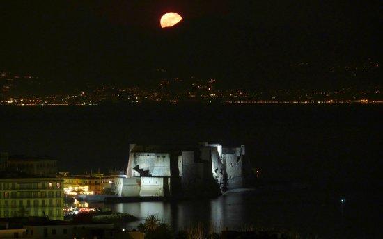 Britannique Hotel: spunta al luna dietro il Vesuvio
