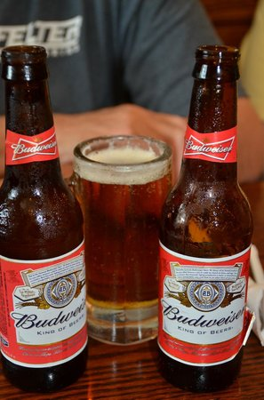 Oakwood Smokehouse & Grill: Oh, Man! Cold Bud!