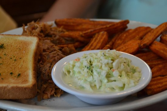 Oakwood Smokehouse & Grill: Sweet Potatoe fries, pulled pork, Cole Slaw