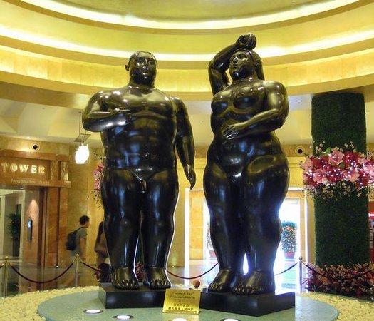 Resorts World Sentosa - Hotel Michael: メタボなアダムとイブ