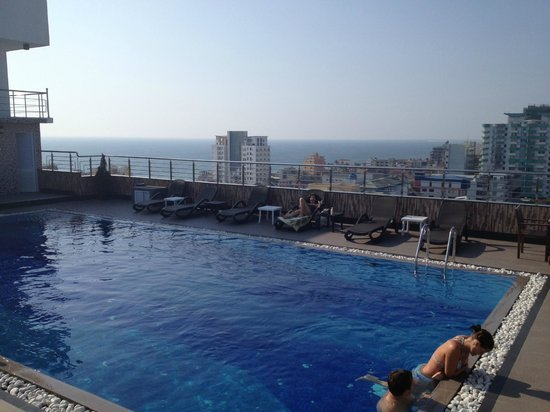 Pearl City Hotel: Rooftop pool at the Pearl Grand next door
