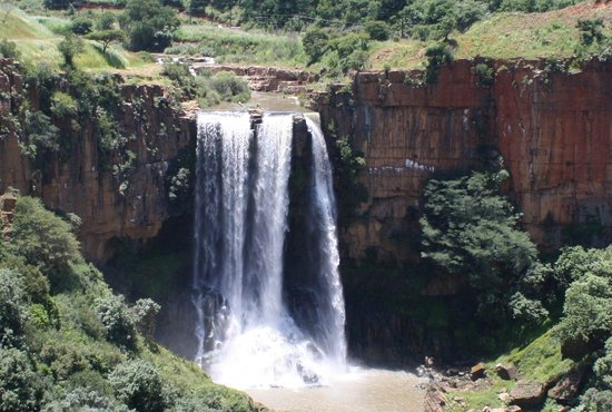 Acra Retreat - Mountain View Lodge - Waterval Boven: Wasserfall bei der Stadt