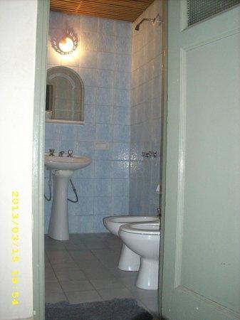 Gran Rex Hotel: Baño sin cortina en la ducha