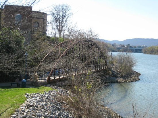 Boathouse Rotisserie & Raw Bar: Tennessee riverwalk