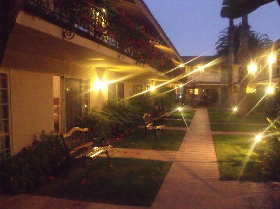 Inn by the Harbor: Outside Inner Courtyard in the Evening