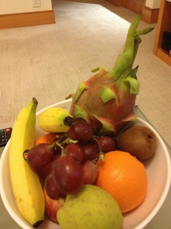 Metropark Hotel Causeway Bay Hong Kong: complementary fruit for our room