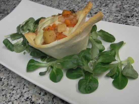 sacripante osteria : cestino di pane croccante al forno con verdure di stagione e toma di pecora brigasca
