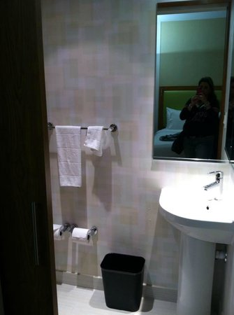 SpringHill Suites Houston Intercontinental Airport: toilet/sink area