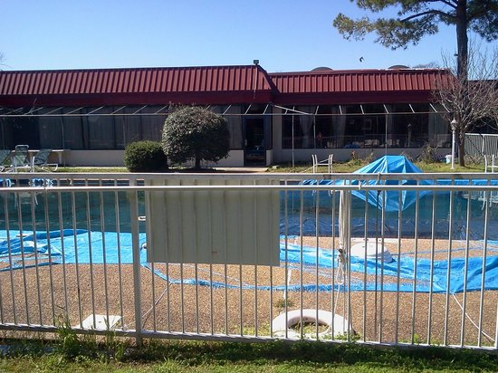 Columbus Inn & Suites: Pool area