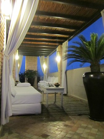 Riad Kheirredine: Rooftop terrace in evening