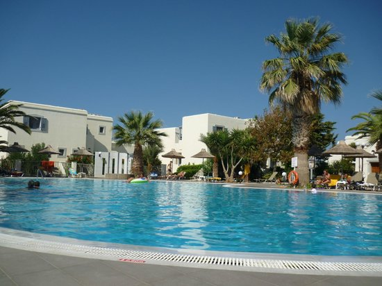 Piscine eau douce picture of europa beach hotel for Piscine europa