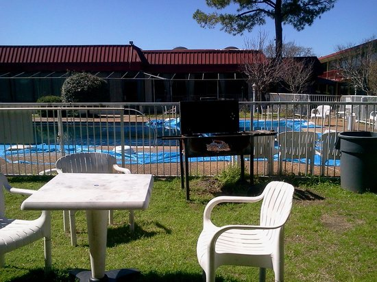 Columbus Inn & Suites: Another shot of the pool