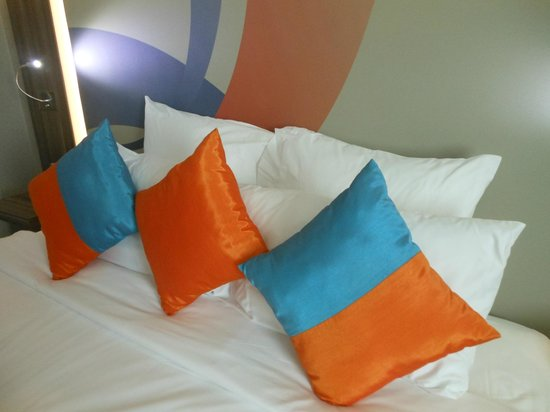 Novotel Bangkok IMPACT: Bed with Colorful Pillow